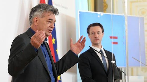 """Vizekanzler Werner Kogler (Grüne) will """"intuitiv"""" an der Testpflicht festhalten. (mit Finanzminister Gernot Blümel (ÖVP))"""