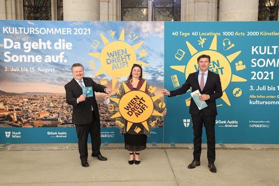 Das Programm für den diesjährigen Wiener Kultursommer präsentierte die Stadt gemeinsam. Von links nach rechts: Bürgermeister Michael Ludwig (SPÖ), Kulturstadträtin Veronica Kaup-Hasler (SPÖ) und Robert Zadrazil von der UniCredit Bank Austria.