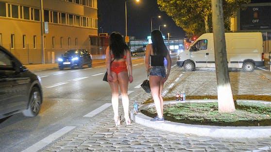 Zwei Prostituierte am Straßenstrich.