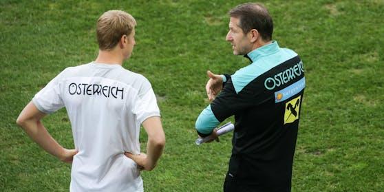 Franco Foda instruiert Martin Hinteregger.