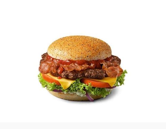 Die Rezeptur: Rindfleisch, Speck, Käse und Kräuterbutter-Sauce. Entsprechend der deutschen Landesflagge ist das Bun schwarz-rot-gold bestreut.