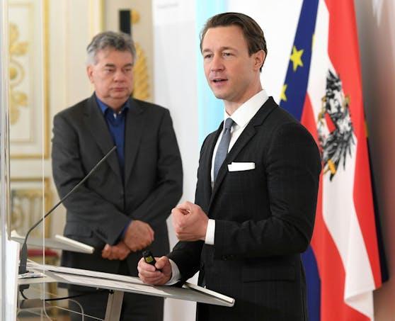 Vizekanzler Werner Kogler (Grüne) im Hinter- und Finanzminister Gernot Blümel (ÖVP) im Vordergrund präsentierten am Dienstag das Konzept der adaptierten Wirtschaftshilfen bis in den Herbst.