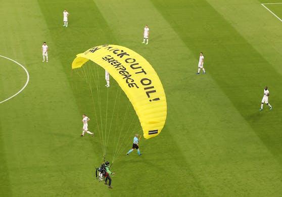 Der Fallschirmspringer im Stadion