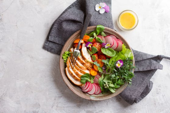 Ein leichter Salat mit Huhn stillt den Hunger und ist leicht verdaulich.
