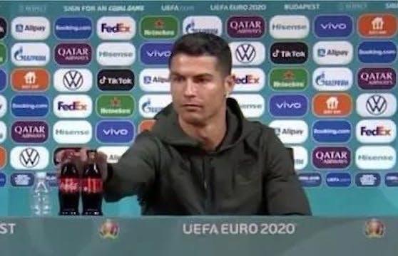 Cristiano Ronaldo greift nach den Cola-Flaschen.