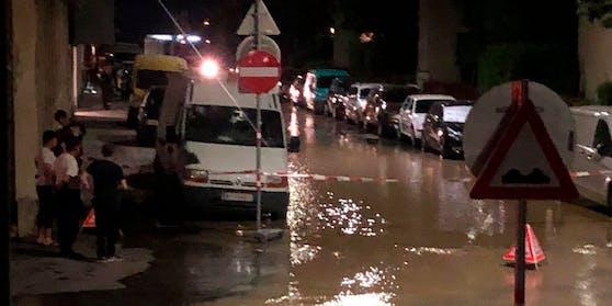 In der Nacht von Dienstag auf Mittwoch überflutete eine Straße in Wien-Favoriten.