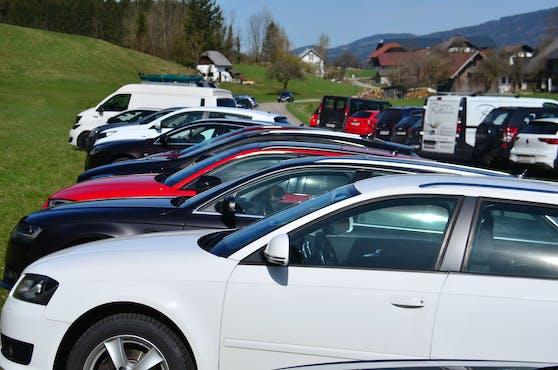 In der Sonne abgestellt können sich Autos schnell aufheizen. Im Bild: ein voller Parkplatz bei der Drachenwand am Mondsee. Symbolbild