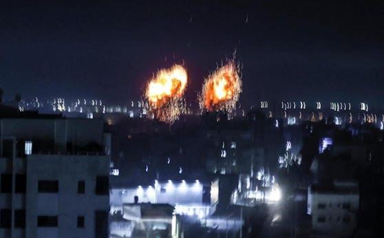 Nächtliche Luftangriffe: Explosionen im Gazastreifen. (16. Juni 2021)
