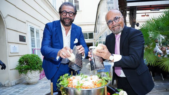 Jubilar Maloberti (l.) mit Pasta-Torte und Wirt Luigi Barbaro