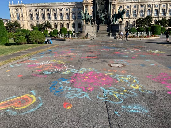 Die Burghauptmannschaft beklagt Vandalismus rund um die Maria-Theresien-Statue. In einem ersten Schritt wurde nun für die Grünflächen ein Betretungsverbot verhängt.