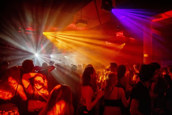 Laut Gesundheitsministerium sollen künftig nur noch Geimpfte in einen Club gehen dürfen. (Symbolbild)