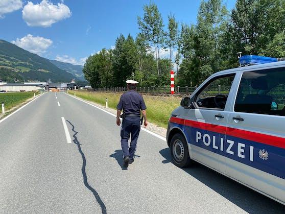 Ein Beamter der Polizei Ried im Zillertal am vermeintlichen Tatort.