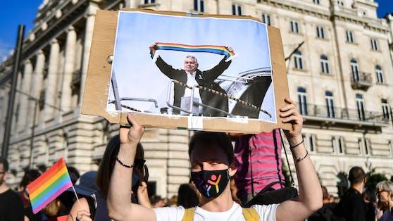 Tausende Menschen haben am Montag vor dem Parlament in Budapest gegen ein Gesetz demonstriert, das die Informationsrechte und den Schutz von homosexuellen und transsexuellen Jugendlichen einschränkt.