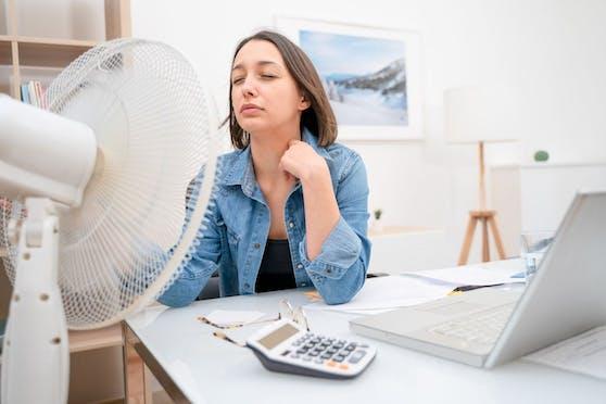 Ist keine Klimaanlage vorhanden, kann auch ein Ventilator im Büro für Abkühlung sorgen.