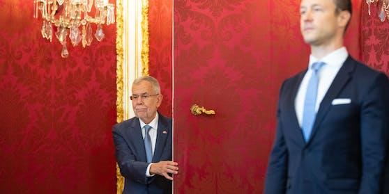 Bundespräsident Van der Bellen und Gernot Blümel bei der Angelobung der Übergangsregierung 2019