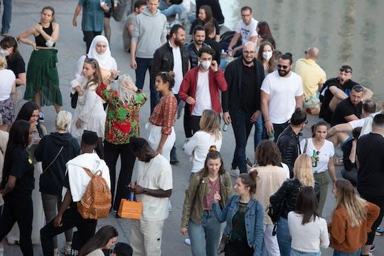 Am Wiener Donaukanal treffen nun vermehrt Menschen aufeinander. Die aktuellen Corona-Zahlen lassen dies auch zu. (Symbolbild)
