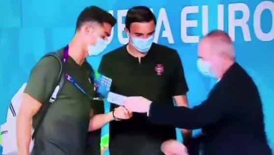 Ein Security nimmt Ronaldo genau unter die Lupe.