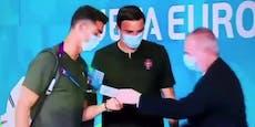 Stopp! Security hält Superstar Cristiano Ronaldo auf