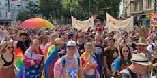 Dichtes Gedränge ohne Masken bei Regenbogenparade