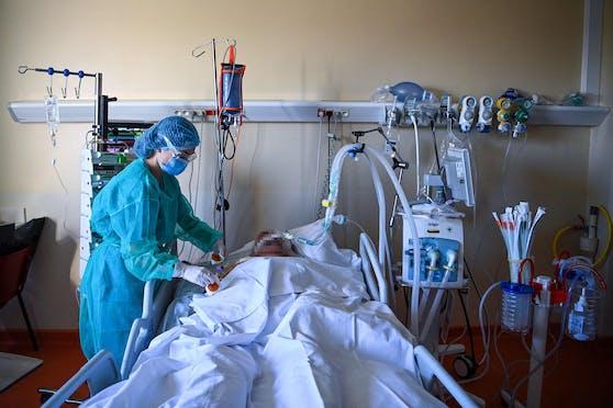 Eine Krankenpflegerin betreut einen Corona-Patienten auf einer Intensivstation. Symbolbild