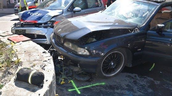 Im Kreuzungsbereich kollidierte der PKW mit einem Polizeiauto.
