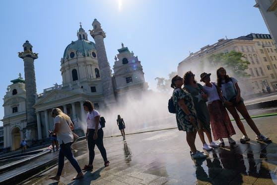 Eine Nebeldusche vor der Karlskirche sorgte hier im Sommer 2019 für Abkühlung. Archivbild