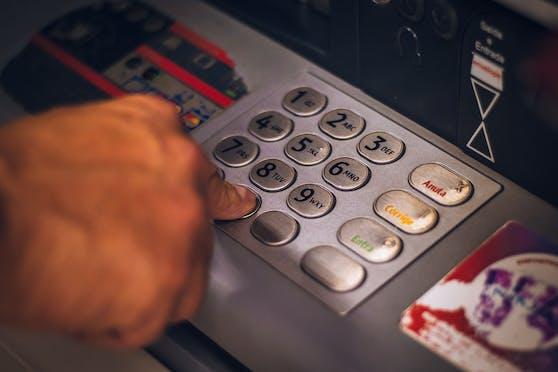 Ein Kärntner vergriff sich wegen eines Bankomat-Problems gehörig im Ton.