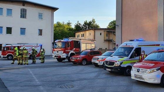 Die Betriebsfeuerwehr und die Feuerwehr Hallein setzten zum Niederschlagen des Giftgases am Werksgelände Wasser ein.