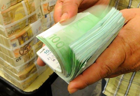 Ein Stapel Euro Banknoten. Symbolbild