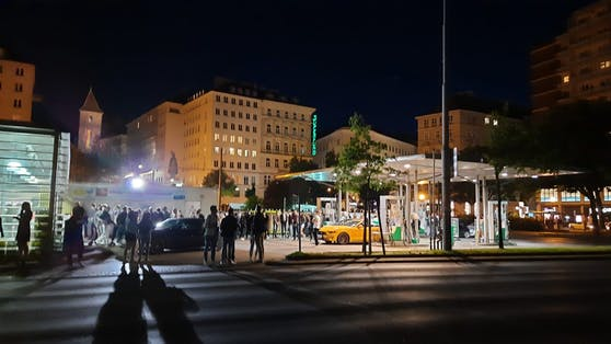 Zur Sperrstunde der Lokale bildete sich am Schwedenplatz wieder eine Riesen-Schlange vor der Tankstelle.