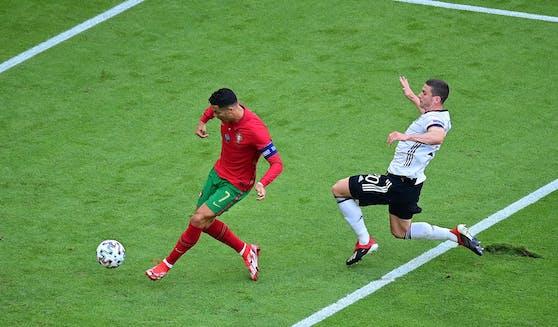 Hier kommt Gosens gegen Ronaldo zu spät –am Ende jubelte er.