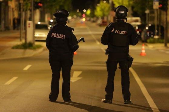 Zwei Polizisten sichern den Tatort nach der Schießerei in Gevelsberg