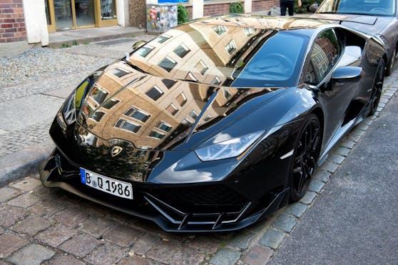 Der Lamborghini wird nun auf Herz und Nieren überprüft.