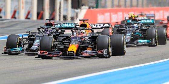 Verstappen  im Duell gegen die Mercedes-Piloten