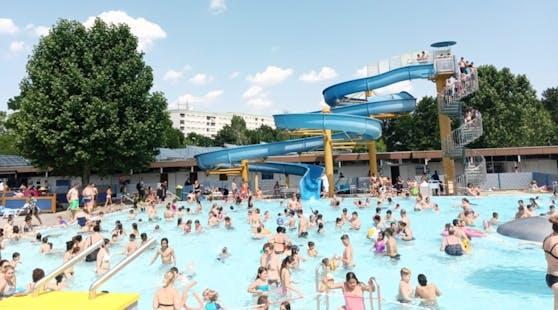Das Großfeldsiedlungsbad war am Samstag brechend voll mit Gästen.