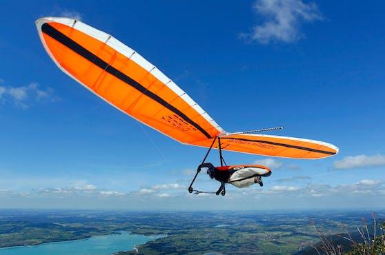 Ein Drachenflieger startet von einer Rampe. Symbolbild