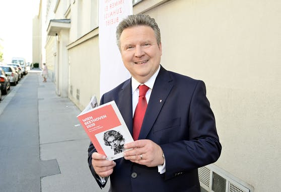 Von einem Ludwig zum anderen: Stadtchef Michael Ludwig (SPÖ) präsentiert das neue Jubiläumsbuch zum 250. Geburtstag von Ludwig van Beethoven.