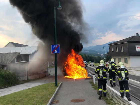 Während einer Einsatzfahrt mit Ziel LKH Graz fing ein Rettungsauto bei Weiz plötzlich Feuer und brannte fast vollständig aus (19. Juni 2021).