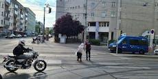 Polizist hilft älterem Wiener über Ottakringer Kreuzung