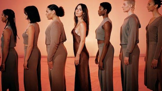 """Nein, Lena Meyer-Landruth modelt neuerdings nicht für die Modemarke """"Skims"""" von Kim Kardashian, sondern hat mit """"A Lot Less"""" ihre eigenen Linie auf den Markt gebracht."""