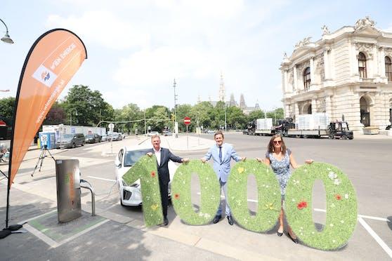 Die 1.000 E-Ladestelle haben Michael Strebl, Vorsitzender von Wien Energie (links), Finanzstadtrat Peter Hanke (Mitte) und Mobilitätsstadträtin Uli Sima (rechts) in Betrieb genommen.