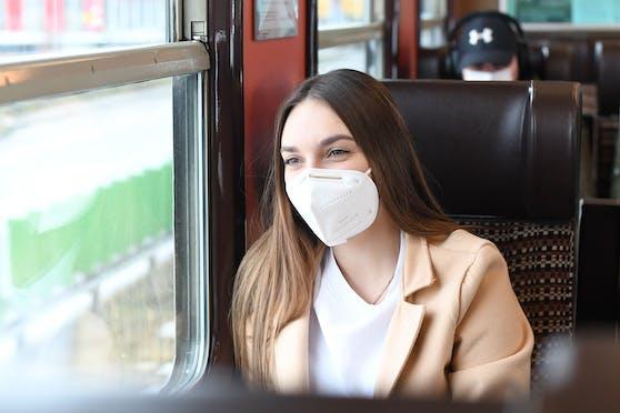 Die Regierung hat angekündigt, die Maskenpflicht in Öffis bald abschaffen zu wollen.