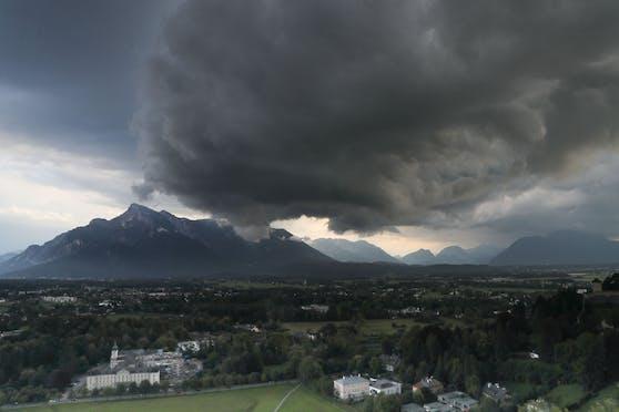 Schwarze Gewitterwolken ziehen über den Untersberg nahe der Stadt Salzburg auf. Archivbild