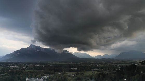 Schwarze Gewitterwolken ziehen auf.