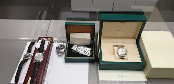Schmuggler aufgeflogen: Zollbeamte stellten am Flughafen Wien-Schwechat hochpreisige Uhren im Wert von 155.000 Euro sicher.