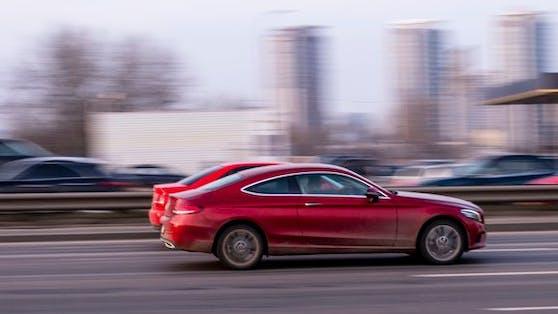 Mit einem Mercedes C-Klasse und einem 7er BMW lieferten sich zwei Linzer ein Rennen (Symbolbild).