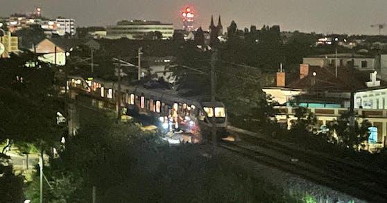 Eine S-Bahn blieb Montagnacht kurz vor der Station stecken.