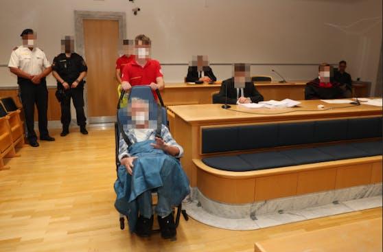 Der Angeklagte wurde mit dem Rollstuhl in den Saal gebracht.