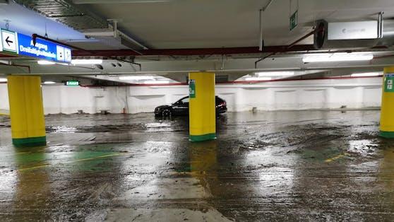 Die Tiefgarage unter dem Linzer Hauptplatz ist überflutet.