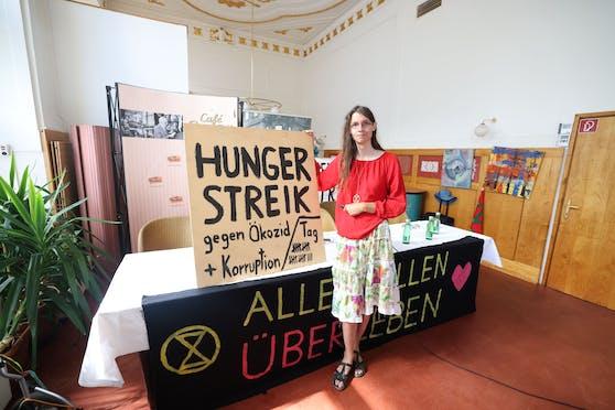 Martha Krumpeck (29) hat seit 23 Tagen nichts gegessen. Mit ihrem Hungerstreik will sie auf Umweltzerstörungen aufmerksam machen und den sofortigen Stopp des Lobautunnels erreichen.
